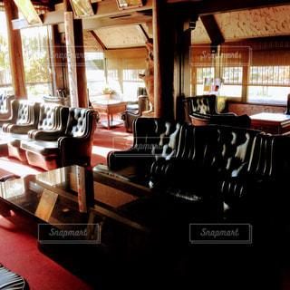 部屋の家具と大きな窓いっぱいの写真・画像素材[1205869]