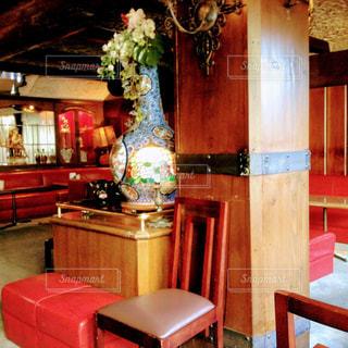 部屋に大きな赤い椅子の写真・画像素材[1205871]
