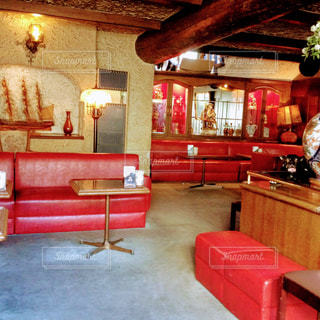 部屋に大きな赤い椅子の写真・画像素材[1205872]