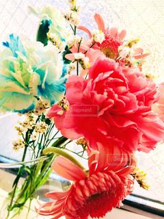テーブルの上に花瓶の花の花束の写真・画像素材[1640880]