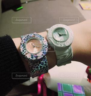 腕につけた2つの腕時計の写真・画像素材[1088911]