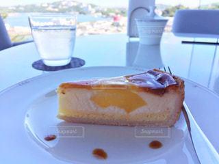チーズケーキと海の写真・画像素材[510337]