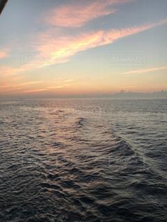 水の体に沈む夕日の写真・画像素材[1090429]