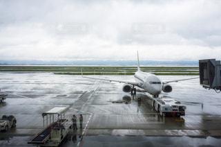 空港の滑走路の駐機場に止まっている飛行機の写真・画像素材[1088383]