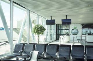 海外の空港、待合のベンチの写真・画像素材[1088397]