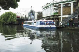 水に浮かぶボート ロンドン カムデンの写真・画像素材[1088474]