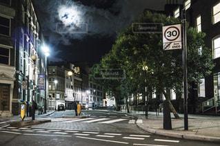 深夜 ロンドン 月 街並みの写真・画像素材[1088493]