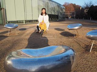 椅子に座る女の子の写真・画像素材[1086338]