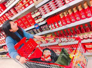 韓国のスーパーでショッピングの写真・画像素材[1086824]