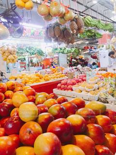 アジアでフルーツ食べ歩きの写真・画像素材[1086890]