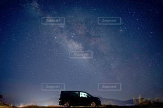 夜に見上げる空の景色の写真・画像素材[1086333]