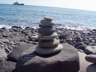 ビーチの積み石の写真・画像素材[1087722]