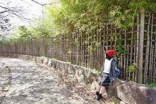 石垣に座る女性の写真・画像素材[1099615]