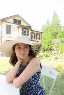 帽子をかぶっている女性の写真・画像素材[1206861]