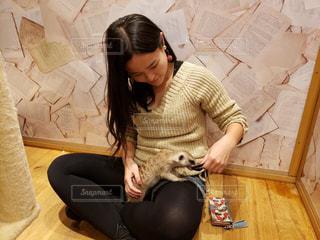 床に座っている女性の写真・画像素材[1847330]