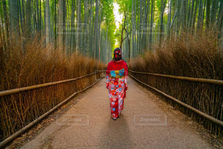 自然の中に立っている人の写真・画像素材[2892222]