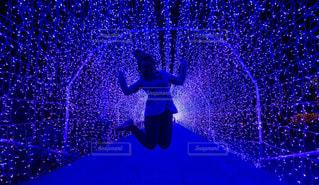 ジャンプしている女性の写真・画像素材[3175322]