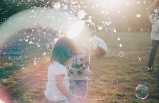 しゃぼん玉で遊ぶ子供の写真・画像素材[1086753]