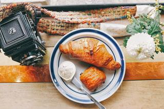 テーブルの上に食べ物のプレートの写真・画像素材[1086761]