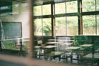 部屋の家具と大きな窓いっぱいの写真・画像素材[1236937]