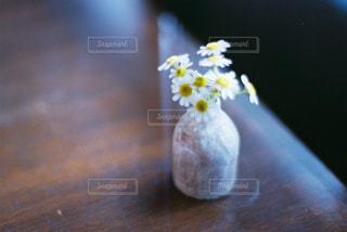 近くのテーブルの上の花瓶の写真・画像素材[1483677]