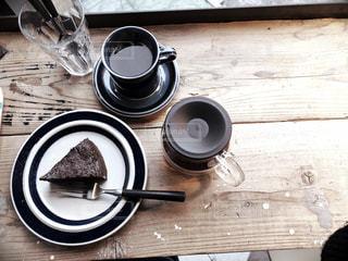 テーブルにコーヒーとケーキの写真・画像素材[1087452]