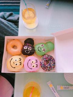 テーブルの上のドーナツの箱の写真・画像素材[1086876]