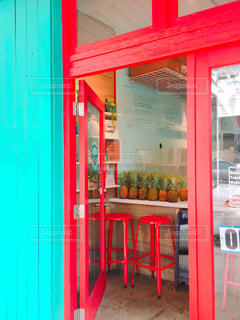赤いドアの店の前の写真・画像素材[1086923]