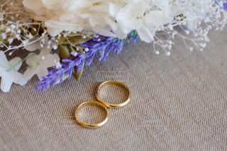 お花と指輪の写真・画像素材[1086927]