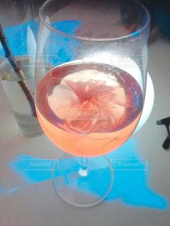 テーブルの上に青いボウルとガラスの写真・画像素材[1087086]