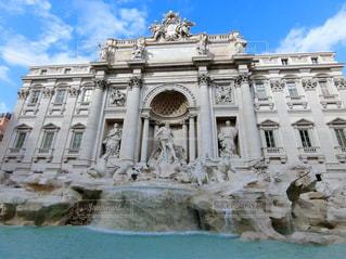 トレビの泉の前に大きい石造りの彫像の写真・画像素材[1087342]