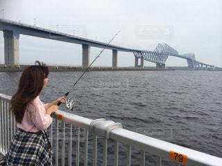 水の体の上、橋の上に立っている人の写真・画像素材[1104272]