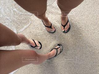 砂の中に立っている人の写真・画像素材[1104306]