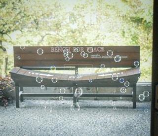 ベンチに座っている人の写真・画像素材[2722104]