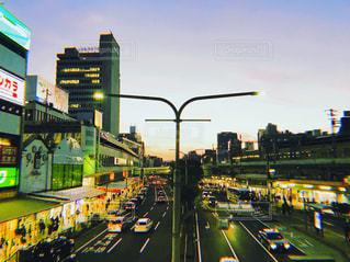 街の通りのビューが大量のトラフィックでいっぱいの写真・画像素材[1087252]