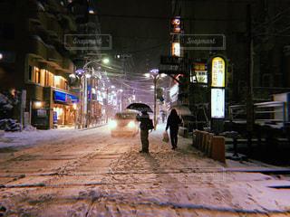 夜の街を歩いている人の写真・画像素材[1088064]