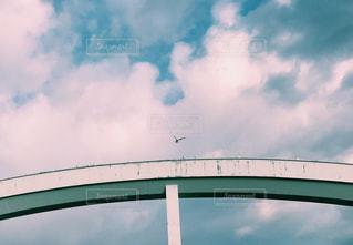 青い曇り空の大型ビルの写真・画像素材[1089452]