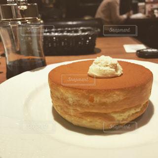 近くに皿の上のケーキのスライスのアップの写真・画像素材[1089457]