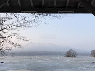 水の体の上の山の写真・画像素材[1087436]