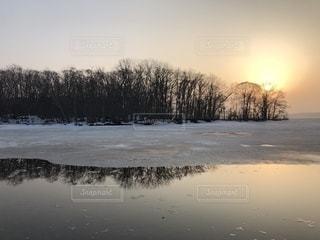 水の体に沈む夕日の写真・画像素材[1087437]