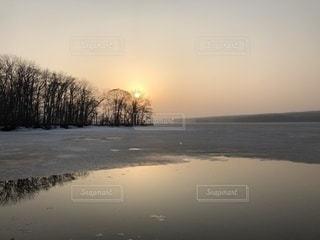 水の体に沈む夕日の写真・画像素材[1087438]