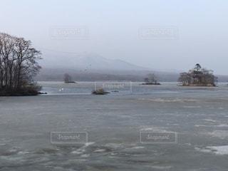 雪に囲まれた水の体の写真・画像素材[1087441]