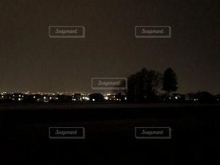夜のライトアップされた街の写真・画像素材[1090493]