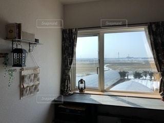 部屋の家具と大きな窓いっぱいの写真・画像素材[1092340]