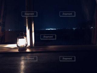 暗闇の中のランタンの写真・画像素材[1092341]