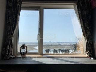大きな窓の景色の写真・画像素材[1092342]