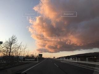 道を行く雲の写真・画像素材[1108441]