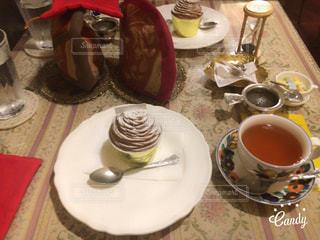 テーブルの上のティーカップとモンブランの写真・画像素材[1087495]