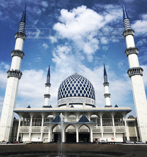 スルタンアフメト ・ モスクとビルを背景に、大きな白いの写真・画像素材[1088224]