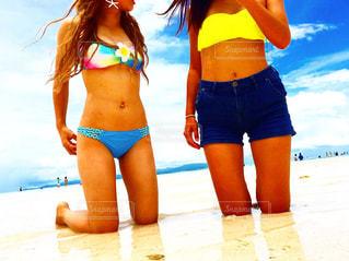 ビーチに立っている女性の写真・画像素材[1088301]